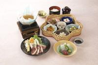 ・花籠小鉢六種 ・魚のお造り二種盛り ・季節の小鍋 ・御飯物 ・汁物 ・香物