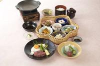 ・花籠小鉢六種 ・魚のお造り二種盛り ・季節の陶板焼き ・御飯物 ・汁物 ・香物