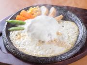 『匠ハンバーグ』を覆う、たっぷりのチーズ。デミグラスソースと合わせてコクと旨みが絶妙なハーモニー。