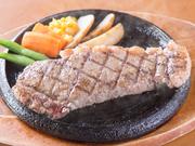 やわらかな歯ごたえ、口いっぱいに旨みが広がるジャンボステーキをリーズナブルな価格で食べられます。