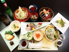 もちろんお刺身、お寿司が付いたリーズナブルに楽しめるコース。気のおけない仲間や家族との会食におすすめ