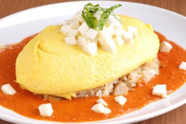 北海道日高産モッツァレラチーズのせオムライス トマトソース