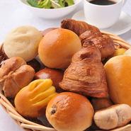 パン工房で毎日パンを焼きます。人気NO1は石窯幻のクリームパン(季節限定)。テイクアウトも出来て、ランチタイムはプチパンバイキングの付いた嬉しいセットもございます。