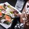 毎日市場から仕入れる鮮魚を使った「日替り海サラダ」
