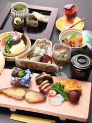 お造りに天ぷら、炊き合わせ、焼物八寸、旬の食材を生かした季節を感じることのできるおまかせコースです。