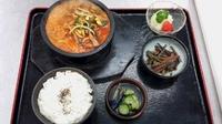 ピリ辛の牛コツスープに野菜肉うどんが石釜で出てきます!(漬物、惣菜1品、フルーツ、ご飯自由♪)