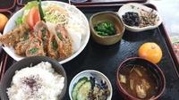 日替わりランチです。惣菜1品・漬物・赤だし・ご飯・デザート・・付いて900円のサービスランチです♪