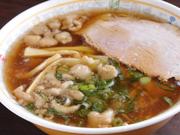 豚背脂入り醤油ベースの豚骨鶏ガラスープに、低加水の細平麺がマッチした、見た目よりあっさりしたラーメン