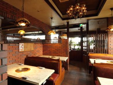 シャンデリア輝くテーブル席、和風でくつろげる和室もございます
