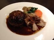 あらびきの肉感が美味しいハンバー グの上に牛すじ煮込みを盛り合わせたボリューム満点 ハンバーグです。
