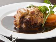 ハンバーグの上にラタトゥイユとチーズを乗せて焼き、特製デミグラスソースをかけた贅沢な味わい。