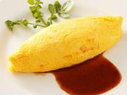 ハムやマッシュルームなど定番の食材をご飯に混ぜ、フワフワのたまごで包んだ親しみのある一品です。