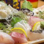 色鮮やかな沖縄の海の幸。獲れたて新鮮な風味を味える『刺し盛』がおすすめです。人数盛りにヤコウ貝やしゃこ貝など、お好みの種類をプラスできるので「こんな種類を食べたい」などのリクエストもできます。