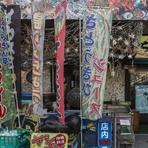【ちゅらさん亭】でぜひ飲んでみたいのが『さとうきびジュース』。沖縄ならでは食材、さとうきびを店で搾ってつくる100%生搾りのジュースです。そのまま飲むだけでなくお酒で割ったり、料理の隠し味になったりも。
