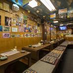 沖縄の青空を感じさせる開放感あふれる店内の装飾。85名様まで収容可能な店内は、掘りごたつ、テーブル、ソファ席があり、お子様連れからご年配の方まで幅広く対応できます。