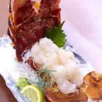 沖縄県内でも希少とされる『セミエビ』を、多くの方に味わってもらえるように、毎日競り落として入手。ぷりぷりの刺身を味わった後は『エビ汁』として再登場。