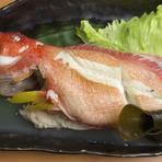 色鮮やかな沖縄の鮮魚に驚かれる方もいらっしゃいますが、その新鮮さに驚きます。お魚が苦手な方には紅芋料理やイカスミ料理、ボリュームいっぱいの豚料理もあるので、気軽にいろいろな料理に挑戦してみてください。