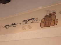 壁に貼られた韓国の物語を見るのも楽しい時間