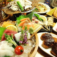 飛騨牛の炙り・お刺身 鶏ちゃん等岐阜の郷土料理・食材を盛り込んだ宴会料理が好評、岐阜の地酒を含む全95種の飲み放題コースもご用意してあります。 ご利用時間は150分(LO120分)岐阜の夜をお楽しみください。