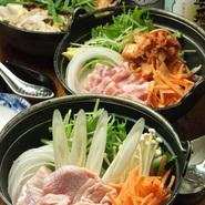 当店人気の鶏塩鍋・鶏味噌鍋・湯豆腐・牡蠣鍋・牡蠣味噌鍋・もつ鍋・辛鍋・キムチ鍋の全8種のお鍋を1人前より提供いたします