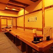 お座敷は、最大50名様と35名様ご利用可能な2部屋ございます、お人数に合わせて間仕切りにて個室感覚にご利用いただけます。