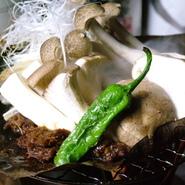 飛騨高山の伝統料理、当店では茸を合わせました、コンロで焼きながら香りをお楽しみください。