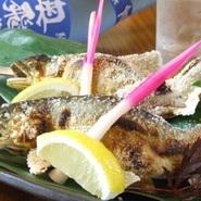 岐阜の夏に代表される「鮎の塩焼き」等 生の旬魚を丁寧に焼き上げます。 「今月のおすすめ」に表記