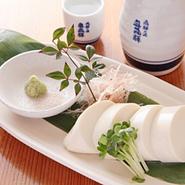 飛騨清見村の幻の絹ごし豆腐、添えてお持ちする藻塩でお召し上がり下さい、素材の味が一層引き立ちます。