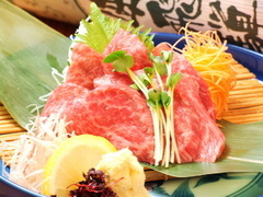 当店人気の鍋料理はもちろん、飛騨牛のお刺身等郷土料理も充実、飲み放題は150分(LO120分)です。