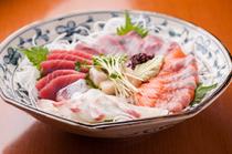 毎朝厳選された、旬の魚介5種を楽しめる『刺身びっくり盛り』