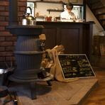 古民家の木造に合わせた内装は、店主手作りの物も