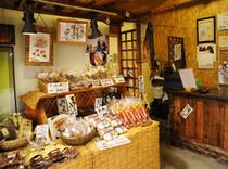 オリジナルスモークを販売する【南保留太郎商店】は隣りです