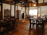 昭和初期に建てられた古民家に、スモークの香りが漂う空間