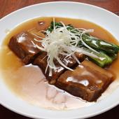 トロ豚好きにはたまらない皮付きバラ肉を使用した自慢の一品