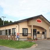 お店外観、オレンジの建物が目印。移店して15年になります。