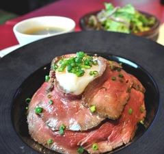 ローストビーフ丼・サラダ付き ¥1080(税別)大盛り無料!!