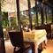 緑を見ながら食事が楽しめるテラス席はカップルにも人気です。