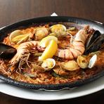 真鯛とロブスターのダシをそれぞれ丁寧に取り、米にダシをぎゅっと閉じ込めるように炊いた、風味豊かなパエリアです。旨みたっぷりのご飯が具材の海老や貝と絶妙にマッチした日本人の口に合う人気メニュー。