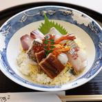 一日十食限定の海鮮丼は、瀬戸内の活魚を中心に8種類以上のネタが所狭しと入ってこのお値段!