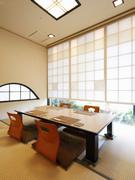 6名様まで入る座敷は、白い障子に囲まれた明るいお部屋