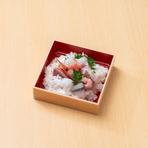 お刺身好きの方に大人気! その日の鮮魚を乗っけた定番メニュー。