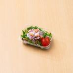 水菜や玉葱の入ったシャキシャキサラダ。海鮮に合わせるのはシーチキンの入ったオリジナルドレッシングです。