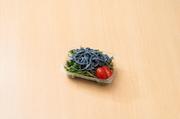 竹墨を練り込んだ、うどんの入った麺サラダ。野菜と一緒にバランス良く。