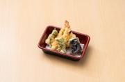海老にタコ、白身魚の入ったボリューム天婦羅。職人天婦羅のサクふわを是非お塩で堪能してください。