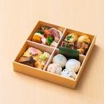 京都で修行した大将の作る一番人気のお弁当。旬の野菜や瀬戸内の魚、お肉までバランス良く入った一箱。女性好みの手まり寿司入り。