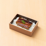愛知県一色町の国産鰻を使用。一匹、一匹、丁寧に素焼きして一度蒸し上げした後、鰻の骨入りの自家製タレを何度も掛けて艶をまといました。ご自宅でもパリふわ感をご賞味ください。