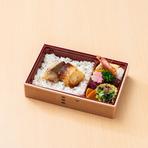 ホロリとほぐれる銀ダラがご飯の上に乗ったお弁当。副菜もついてランチ等に最適!