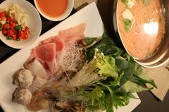 豆腐を発酵させた調味料「腐乳」がベースの赤いスープ。アロイ!