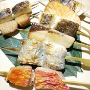 当店ウリの新鮮な地魚をつかった「お魚の串焼き」。特選コースにも含まれていますので、接待利用に是非ご利用ください。お客様のペースでお料理とお酒を楽しめるようタイミングに目配せできるよう心掛けています。