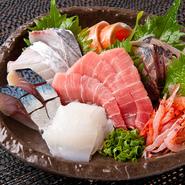 地元で獲れた新鮮な魚を盛り合わせで堪能できます。
